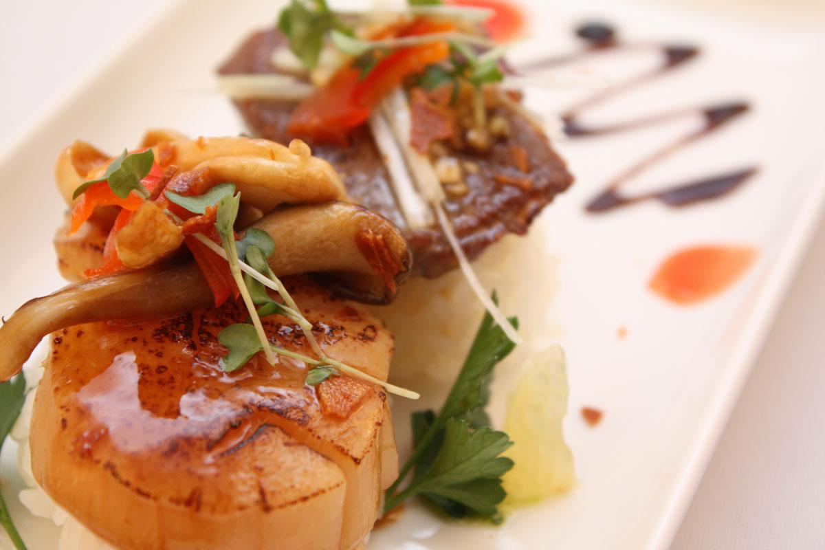 気まぐれ創作寿司2種盛り<br>美瑛牛の炙りと羅臼産ホタテの炙り(一例)